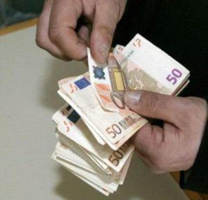Μυστήριο: Άγνωστος μοιράζει χρήματα σε αυτή την περιοχή - Περίεργα-Funny