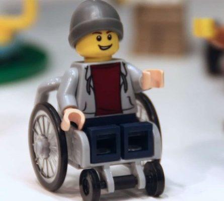 Η Lego κυκλοφόρησε για πρώτη φορά φιγούρα σε αναπηρικό καροτσάκι! - Περίεργα-Funny