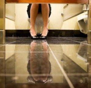 Αποκλείεται: Γιατί οι πόρτες στις δημόσιες τουαλέτες δεν φτάνουν μέχρι το πάτωμα; - Περίεργα-Funny