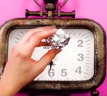 Βρέχει ένα παλιό ρολόι και το τρίβει με αλουμινόχαρτο - Μόλις δείτε το λόγο θα τρέξετε να το κάνετε! - Περίεργα-Funny