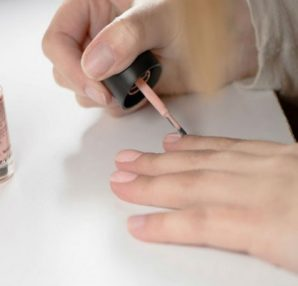 Έβαψε τα νύχια της με ένα απλό βερνίκι - 10 ώρες μετά... - Περίεργα-Funny